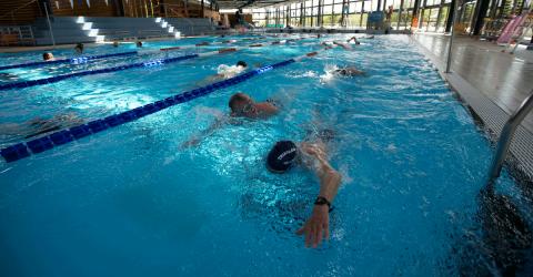 Deux nageurs dans le frand bassin de l'Aquapaq Quimperlé