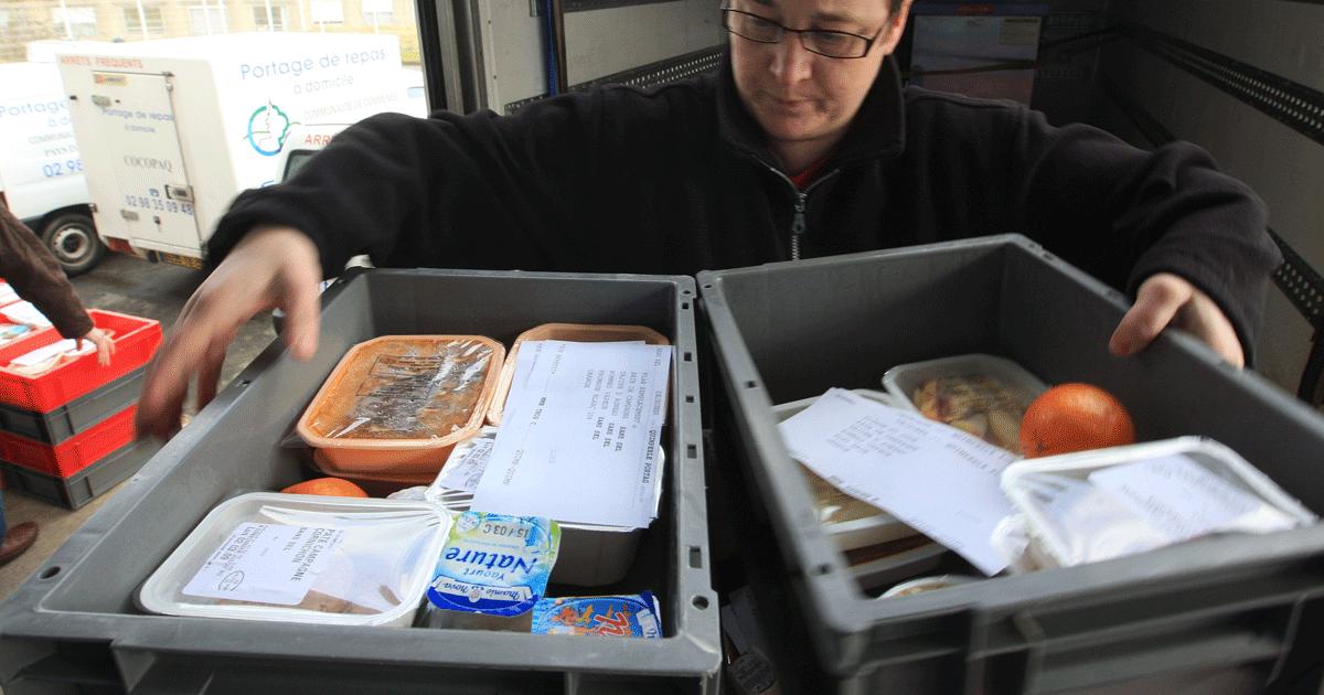 Un agent de Quimperlé Communauté charge son véhicule de livraison