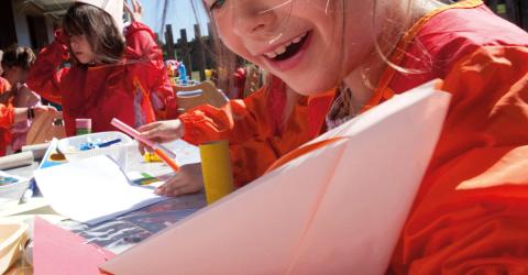 Enfant en pleine ctivité bricolage à l'ALSH de Kermec
