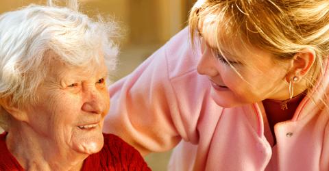 une aidante avec une personne âgée