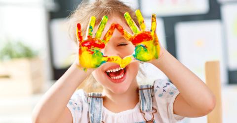 enfant heureusement durant une activité peinture