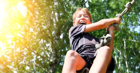 Enfant jouant au centre de loisirs