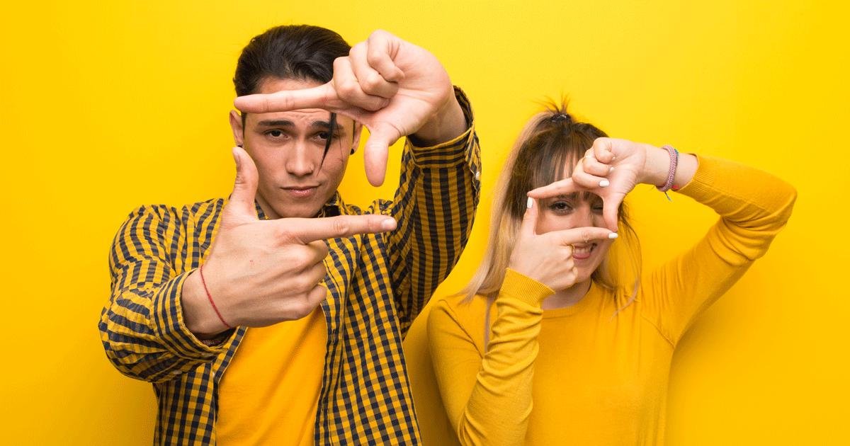 Deux jeunes apprentis reporters test le cadrage avec leurs doigts