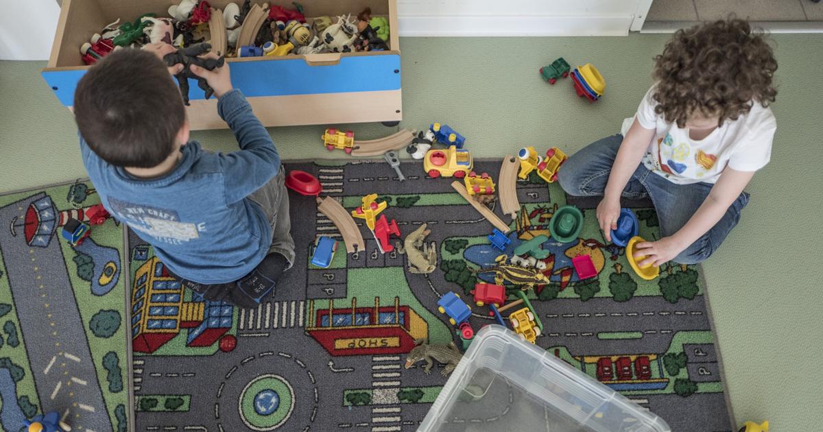 Deux enfants jouent à l'ALSH